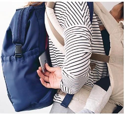 背中のファスナーポケットからお財布等をすぐに取り出せます